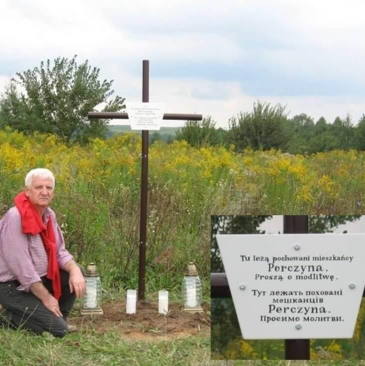 Mirosław Kowzan przy mogile w Perczynie