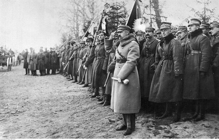 Dekoracja herbu Lwowa srebrnym krzyżem Virtuti Militari (fot. arch.)