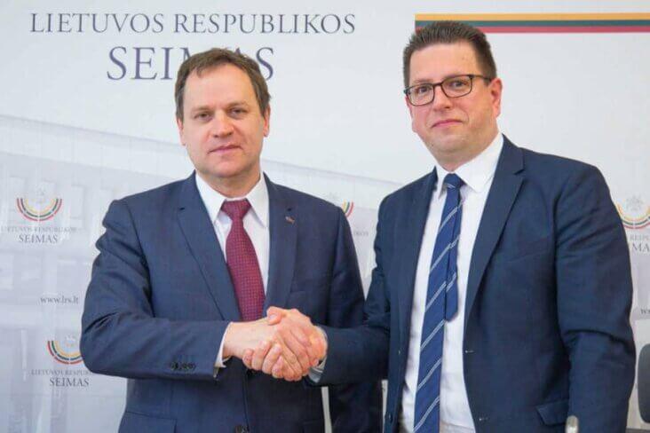 Waldemar Tomaszewski i Lorant Vincze w Sejmie RL po udanej akcji zbierania podpisów na rzecz ochrony praw mniejszości narodowych w Europie